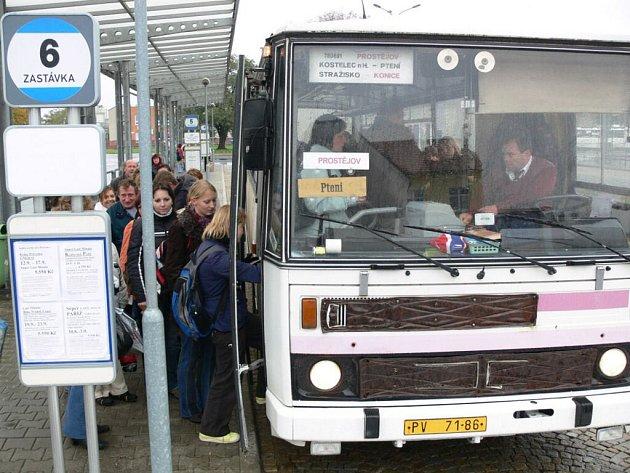 Přes všední dny jezdí autobusy především školáci.