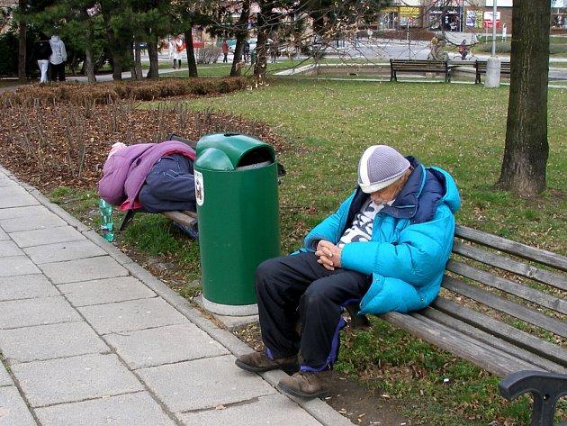 V Přerově obtěžují opilí bezdomovci zejména návštěvníky supermarketů často si ustelou i na lavičkách u Prioru. Na vyhlášku, která by omezila požívání alkoholu v ulicích, ale obyvatelé města čekají marně.