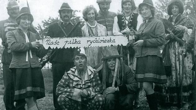 Kácení máje v roce 1975.