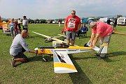 Obří letecké modely a aerovleky na letiště v Drahotuších