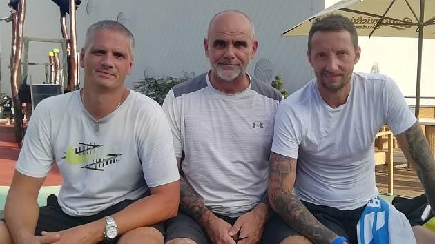 Vicemistři republiky ve čtyřhře neregistrovaných hráčů z Club Tenis Hranice. Vladan Kopelec, Radovan Chrobák, uprostřed vedoucí CTH Gajdoš