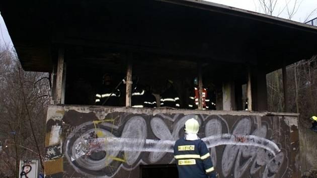 Požár drážního domku u železnice v Hranicích