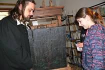 Vyrobený lis na tisk z výšky Romana Prokeše v potštátské knihovně - návštěva žáků