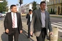 Ministr spravedlnosti Jiří Pospíšil (vpravo) navštívil přerovský soud a besedoval s místními gymnazisty.
