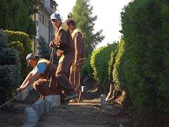 Do oprav chodníků v ulici 9. května se pustila obec Horní Moštěnice.