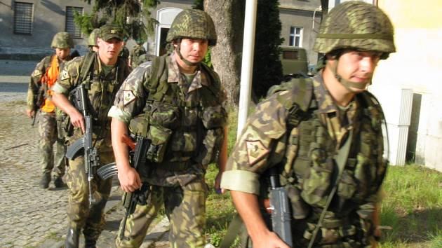 Pěšky na Praděd se vadali vojáci z hranických kasáren.
