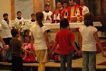 Své školní tašky a batohy přinesly ve středu vpodvečer do kostela svatého Vavřince desítky přerovských dětí. Během slavnostní mše si děti vyslechly rady, jak během nastávajícího školního roku zvládnout problémy a nakonec duchovní požehnali jejich brašnám.