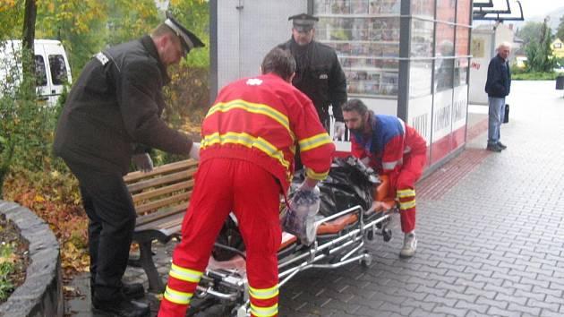 Strážníci přivolali podchlazenému bezdomovci sanitku.