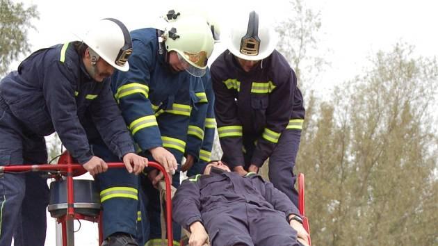 Hasiči, policisté, vojáci i zdravotníci obsadili včera Troubky. Probíhalo zde cvičení na základě simulovaných záplav.