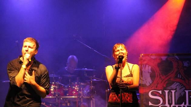 Program festivalu Hranická scéna, který se konal v sobotu v letním kině, lákal na skupiny Blaho 19 nebo Silent Stream of Godless Elegy. Večer zakončila zpěvačka Anna K.