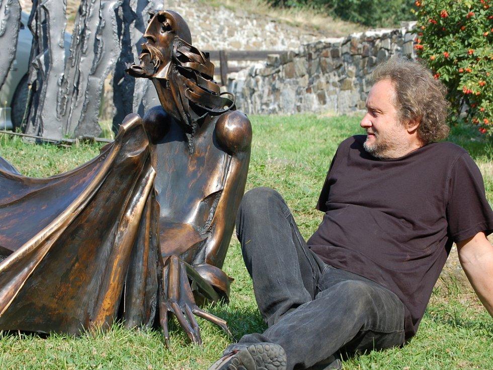 Autorem  Komenského je umělecký kovář Igor Kitzberger.