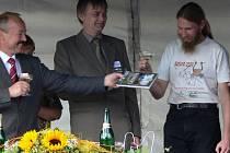 Knihu slavnostně pokřtil starosta obce za přítomnosti autorů a nakladatele.
