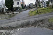 Chodníky hranického hřbitova nedělají městu dobrou reklamu. Za typicky zimního počasí by mohla být některá místa velmi nebezpečná.