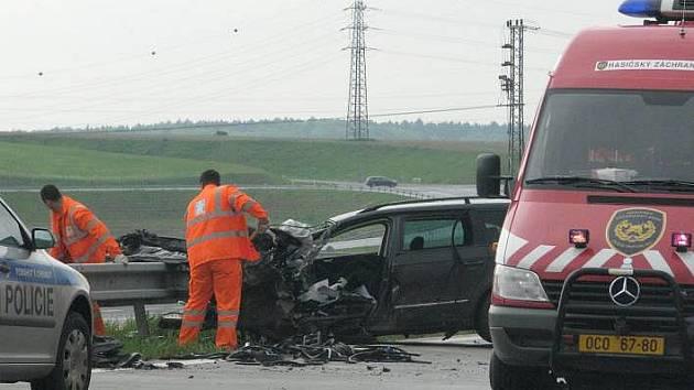 Srážka volkswagenu s dvěma náklaďáky na dálnici u Hranic