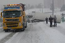 Kamion, který vezl zboží do hranického supermarketu, měl nehodu jen pár metrů před cílem. Z příkopu, kam doslova nacouval, ho musel vytáhnout vyprošťovací speciál s navijákem.