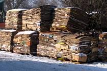 Sběrné suroviny starý papír stále ještě přijímají. Už za něj ale nevyplácejí ani korunu a není vyloučeno, že brzy bude tato služba dokonce zpoplatněna.