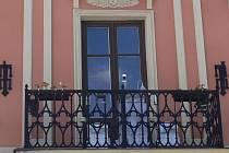 Obyvatelé Hranic denně prochází pod měřičem kvality ovzduší, který je umístěn na balkonu Staré radnice