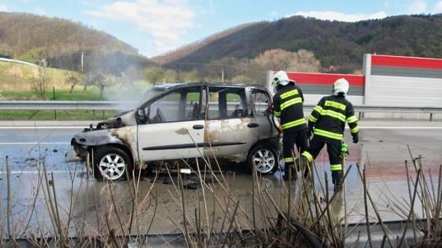 Nehoda a požár auta na D1 u Lipníku