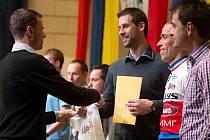 Ján Svorada (vlevo) gratuluje vítězům. Vyhlášení Sportovce roku 2013 v Hranicích