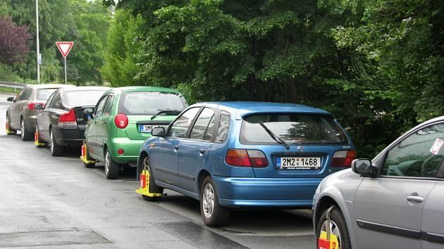 Šest botiček v řadě za sebou nechala před pár dny nasadit vozidlům v Galašově ulici hranická městská policie.