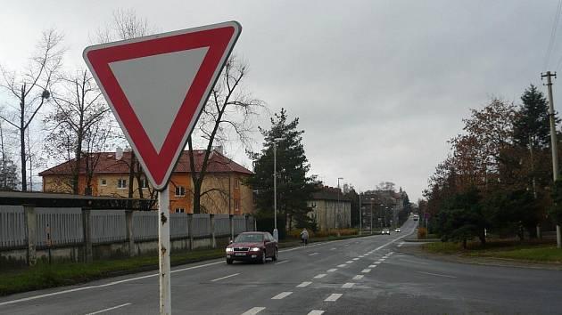 Hlavní silnice vlivem nově vyznačené cyklostezky zaniká.