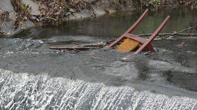 Hranický potok Velička je přehlídkou nejrůznějších odpadků. Kromě židlí tam padají i opilci