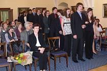 Je to za námi, mohli si říct studenti, kteří si přišli slavnostně převzít svá maturitní vysvědčení do obřadní síně hranického zámku.