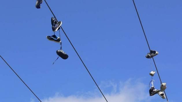 Boty na drátech u hranického skateparku