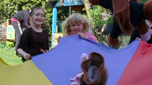 Malé čarodějnice se sletěly v hranickém Mateřském centru Dráček