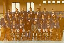 TJ Meochema Přerov v roce 1976. Kapitán Pavel Foret je sedící třetí zprava.