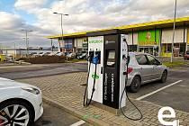 Nabíjecí stanice pro elektromobily v hranickém nákupní parku