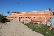 V Hustopečích nad Bečvou staví novou sportovní halu.
