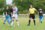 Fotbalisté SK Hranice (v modrém) proti 1. FCV Přerov.