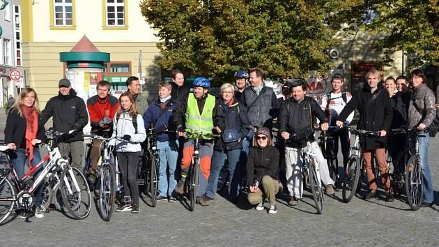 Jak to v Hradišti funguje? Mezinárodní pracovní skupina si v pátek projela město na kole.