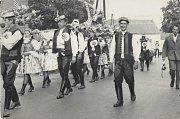 PREMIÉRA DOLNĚMČANU. Dožínkový průvod v roce 1966. Šlo vůbec o první prezentaci nově založeného Národopisného krúžku Dolněmčan. Vpravo Metoděj Kadlček (varhaník), jenž byl iniciátorem prvních dožínek v roce 1923.