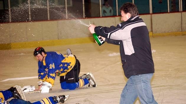 Kdo se bude radovat letos? Po loňském finále radostně stříkal šampaňským trenér Uherského Brodu Zbyněk Kůdela.