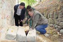 Dělníci v těchto dnech začali s opravami kaple svatého Kříže nedaleko lázní Leopoldov.
