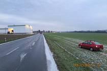 Po nárazu skončil Renault Thalia v poli. Viděl to někdo?