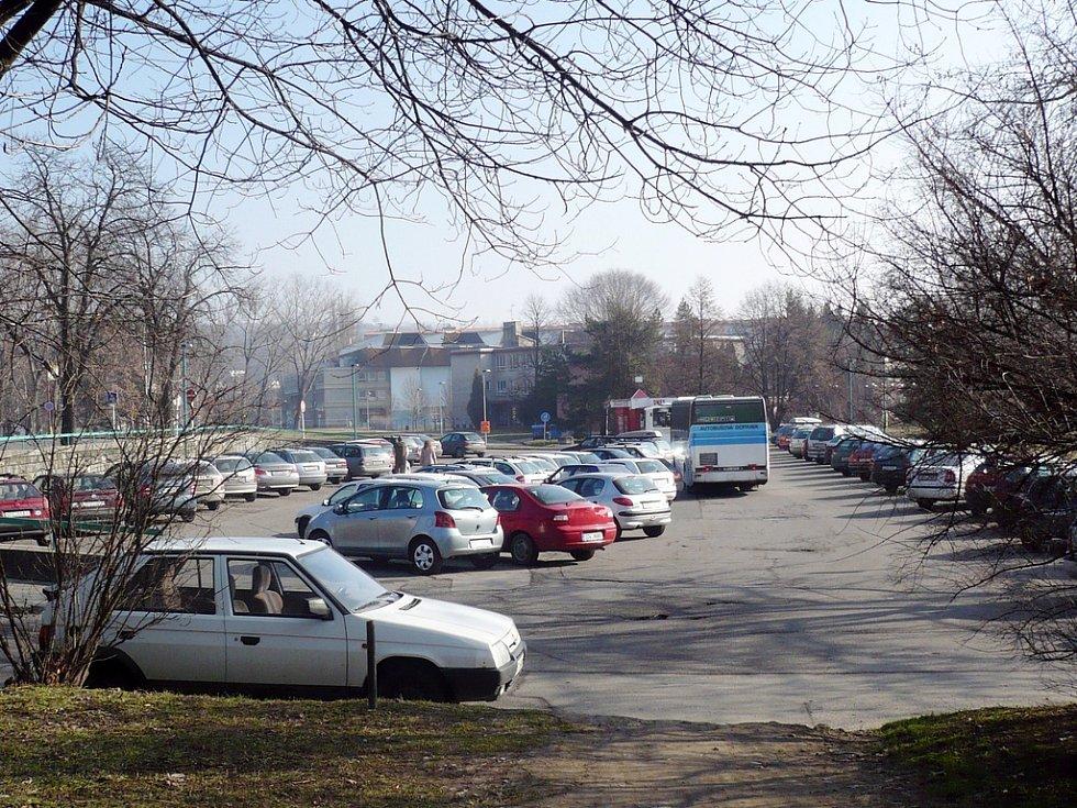 Nové nadzemní parkoviště u kina Hvězda by zvýšilo možnosti parkování v Uherském Hradišti. Ne všichni však takový nápad vítají.