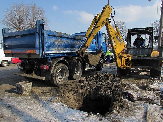 Prasklé vodovodní potrubí. Ilustrační foto.
