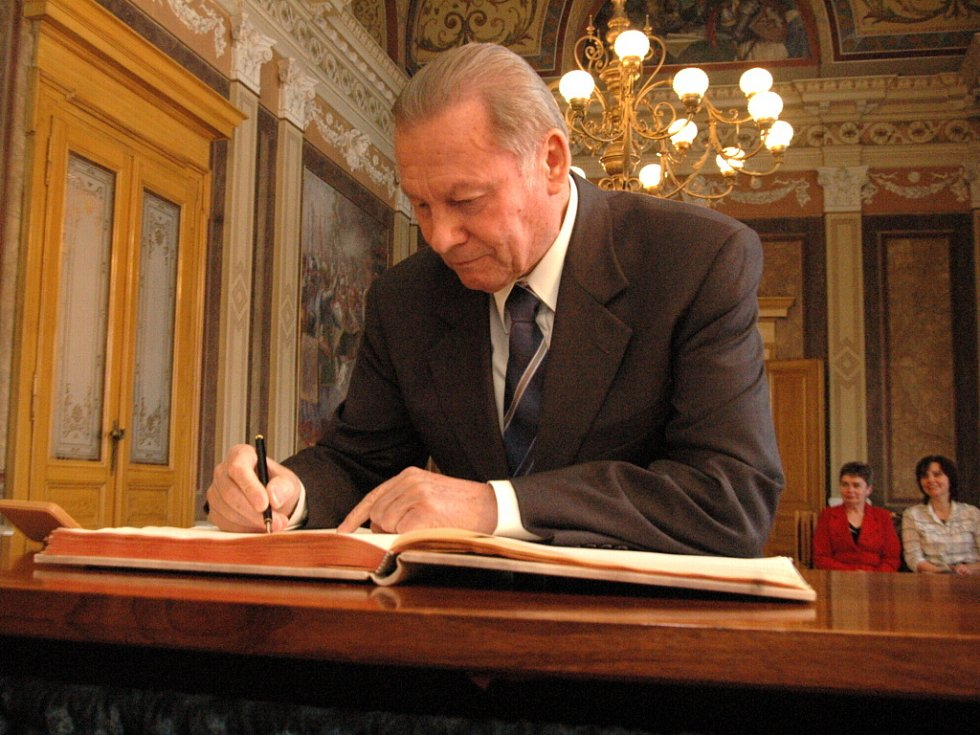 """Slovenský exprezident Rudolf Schuster přidává svůj podpis do knihy """"hostů"""" na hradišťské radnici."""
