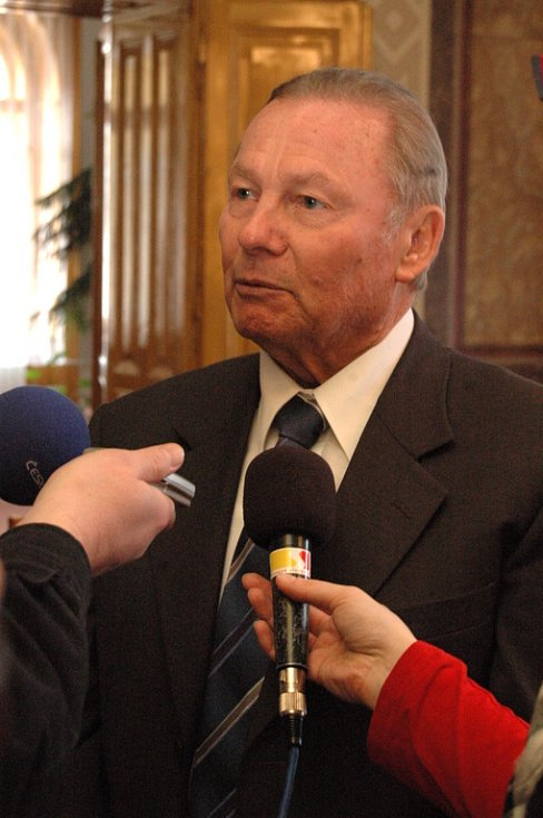 Slovenský exprezident Rudolf Schuster v rozhovoru s novináři na hradišťské radnici.