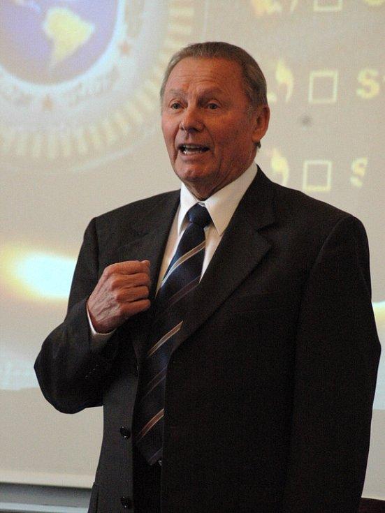 Slovenský exprezident Rudolf Schuster v aule hradišťského gymnázia.