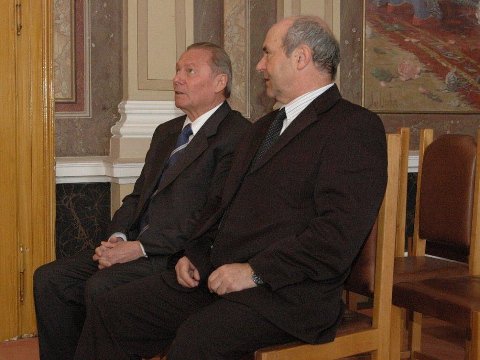 Rudolf Schuster se svým hostitelem, ředitelem Gymnázia Uherské Hradiště Zdeňkem Botkem.