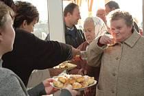 Návštěvníky, kteří si nový dům přišli prohlédnout, vítali koláčky a slivovicí.