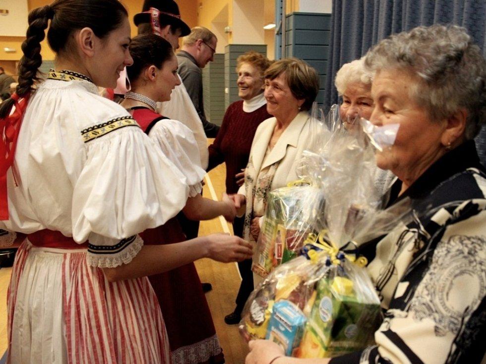 Mladí účinkující rozproudili krev v žilách huštěnovických seniorů.