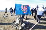 Letošní ročník silvestrovského výstupu na vrchol Velké Javořiny provázel nezvykle ledové vítr.