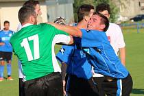 Při derby mezi Babicemi a Huštěnovicemi nechyběly na hřišti emoce. Takhle se požduchali domácí Michael Forró (vpravo) s gólmanem hostů Davidem Kulhavým.