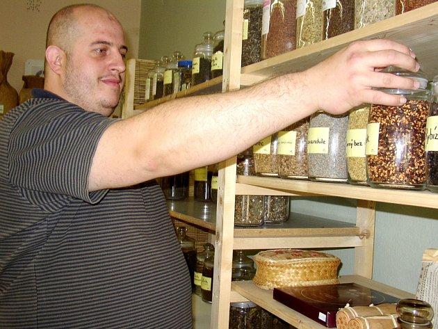Bylinkář Evžen Brhel má od počátku roku více práce. Jeho uherskohradišťské prodejně bylin dávají mnozí pacienti přednost před návštěvou lékaře.