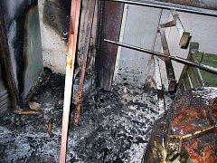 K požáru lakovny v Uherském Brodě byli v úterý krátce po 11 hodině přivolaní hasiči. Oheň se vznítil v lakovacím boxu a dále se rozšířil na sklad již hotových ovocnářských destilačních zařízení.